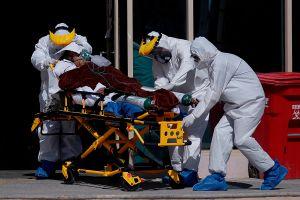 Policía se disfraza de doctor para poder ver a su padre en el hospital pero ya había muerto de coronavirus