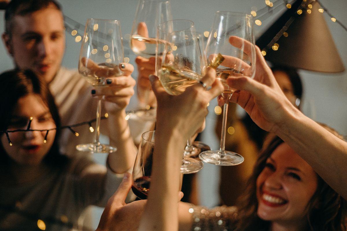 La moderación en el consumo de alcohol es clave para cuidar la salud. Apuesta por variantes como el vino y la cerveza.