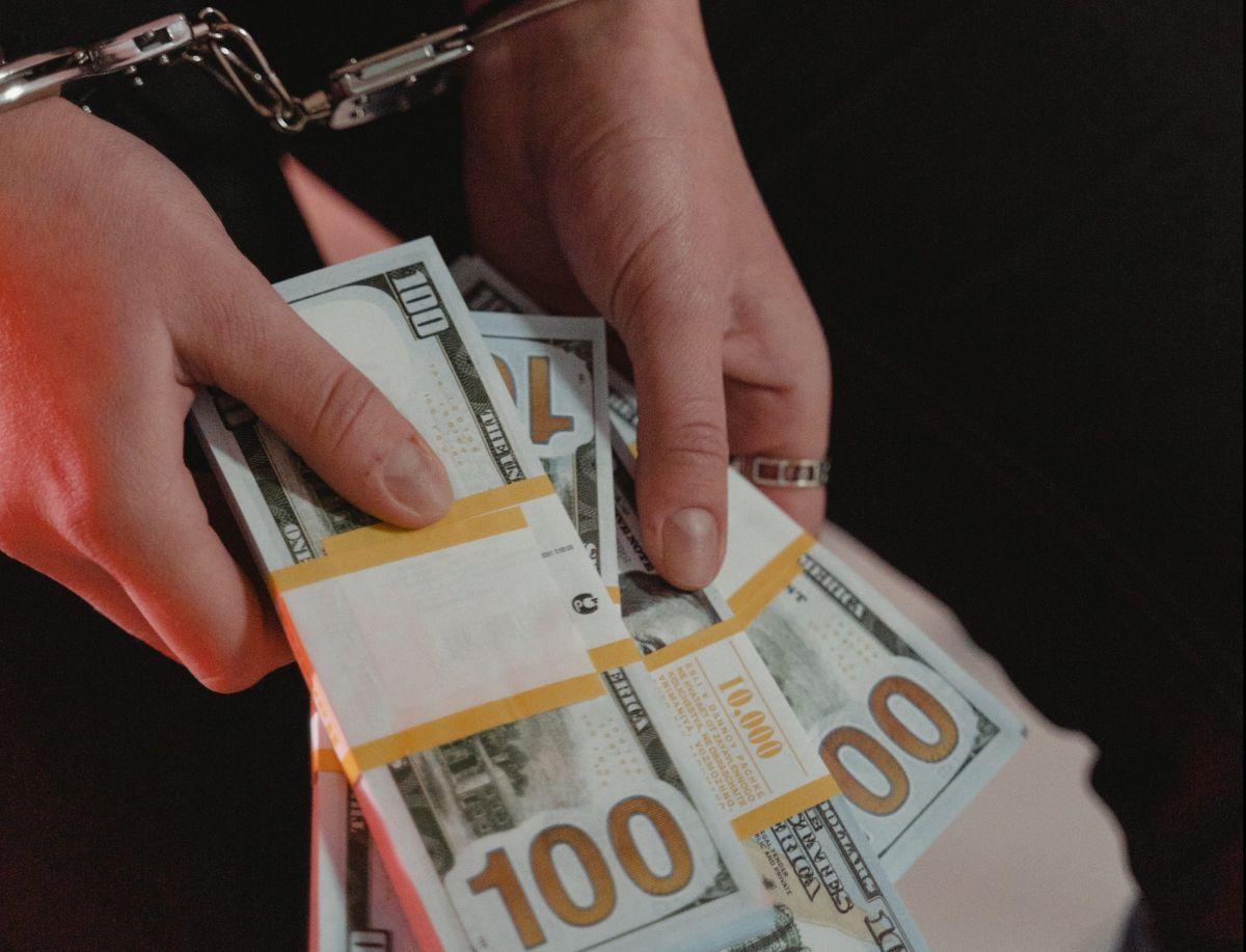 Una mujer obtiene $150,000 dólares de ayuda por coronavirus pero comete un fraude y se gasta el dinero en tiendas de lujo y diamantes
