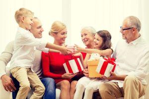 Pareja de jubilados ganan $1.2 millones en la lotería y deciden dar regalo especial a sus nietos y compañeros de escuela