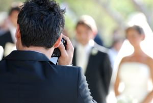 Novio golpea en plena boda a fotógrafo por acercarse mucho a su esposa