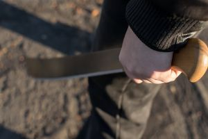 Arrestan a tres presuntos miembros de pandilla Los Trinitarios en España por cortarle la cara a hombre
