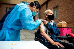 Sólo 10% de la población ha completado su vacunación anti COVID en EE.UU. y 33% no piensa hacerlo