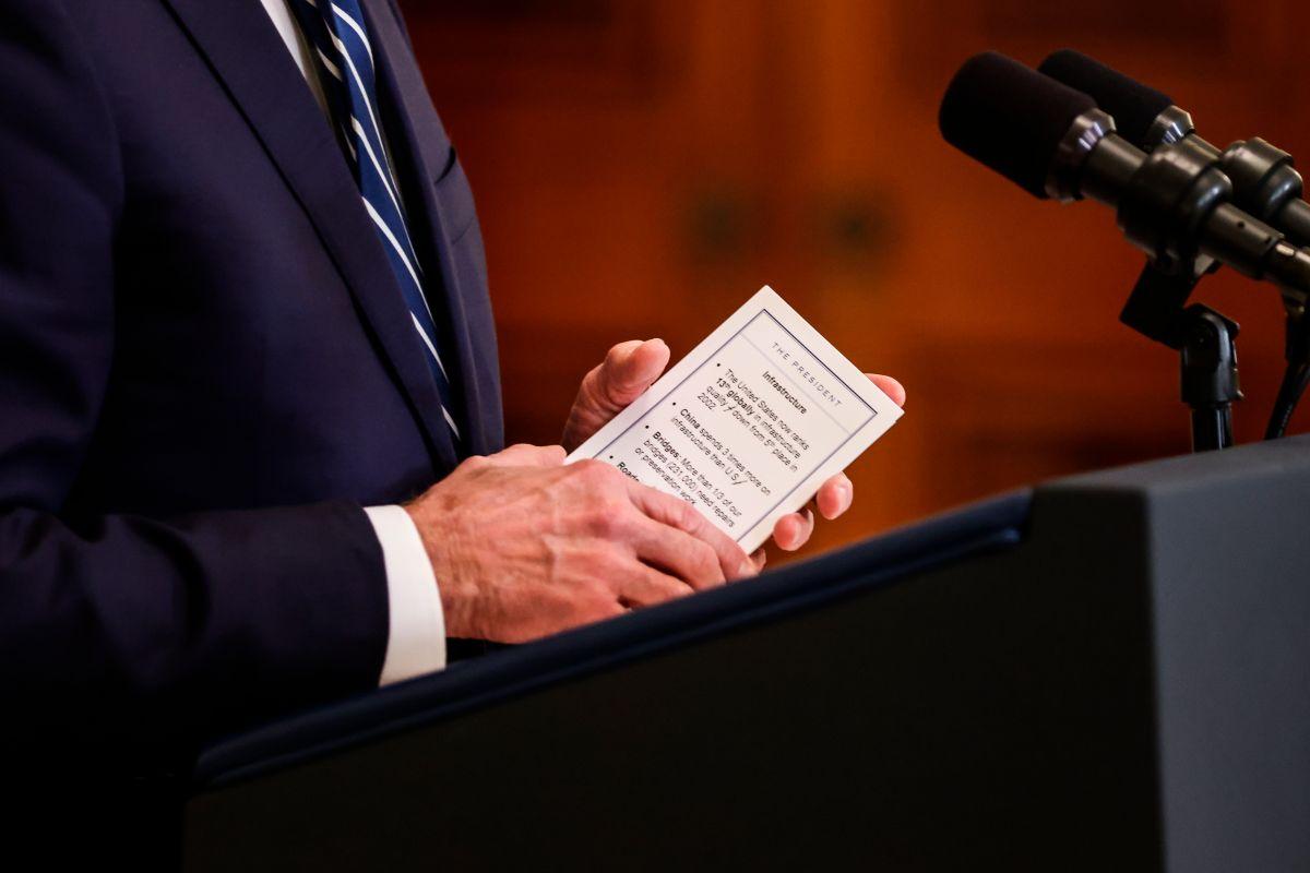 """Revelan que el presidente Biden usa tarjetas con anotaciones para """"no perder la memoria"""" frente a la prensa"""