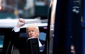 Trump reaparece con gorra MAGA en evento en Mar-A-Lago para recaudar fondos para perros en China