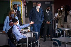 Estudiantes de secundaria vuelven a salones y anuncian plan para retorno total a escuelas de la ciudad de Nueva York