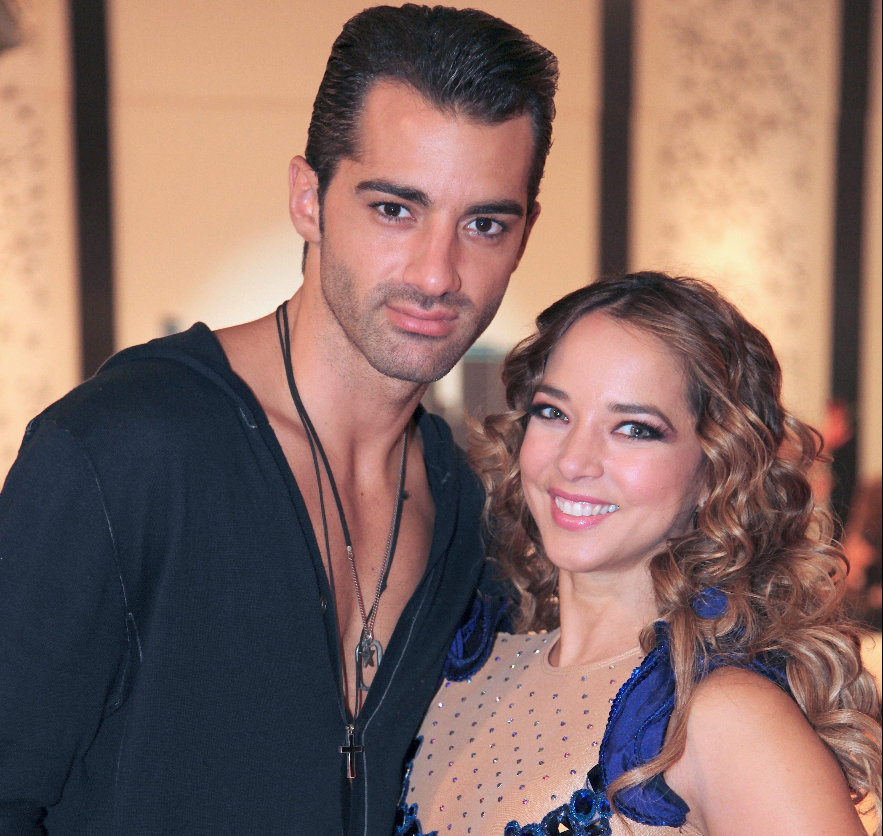 Adamari López y Toni Costa bailan samba.