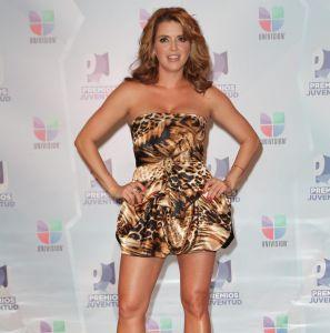 Alicia Machado abrió tanto su vestido que por poco muestra la entrepierna