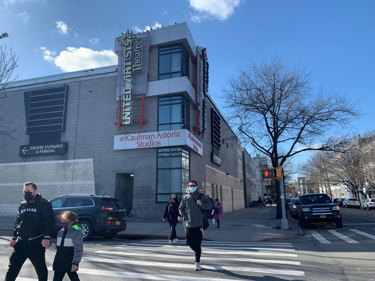 NYC avanza en lucha contra el COVID con reapertura de cinemas y dudas entre espectadores