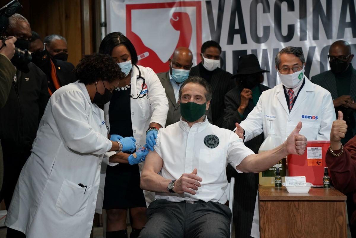 Gobernador Cuomo se pone la vacuna en un evento en Harlem sin mencionar los casos de acoso sexual