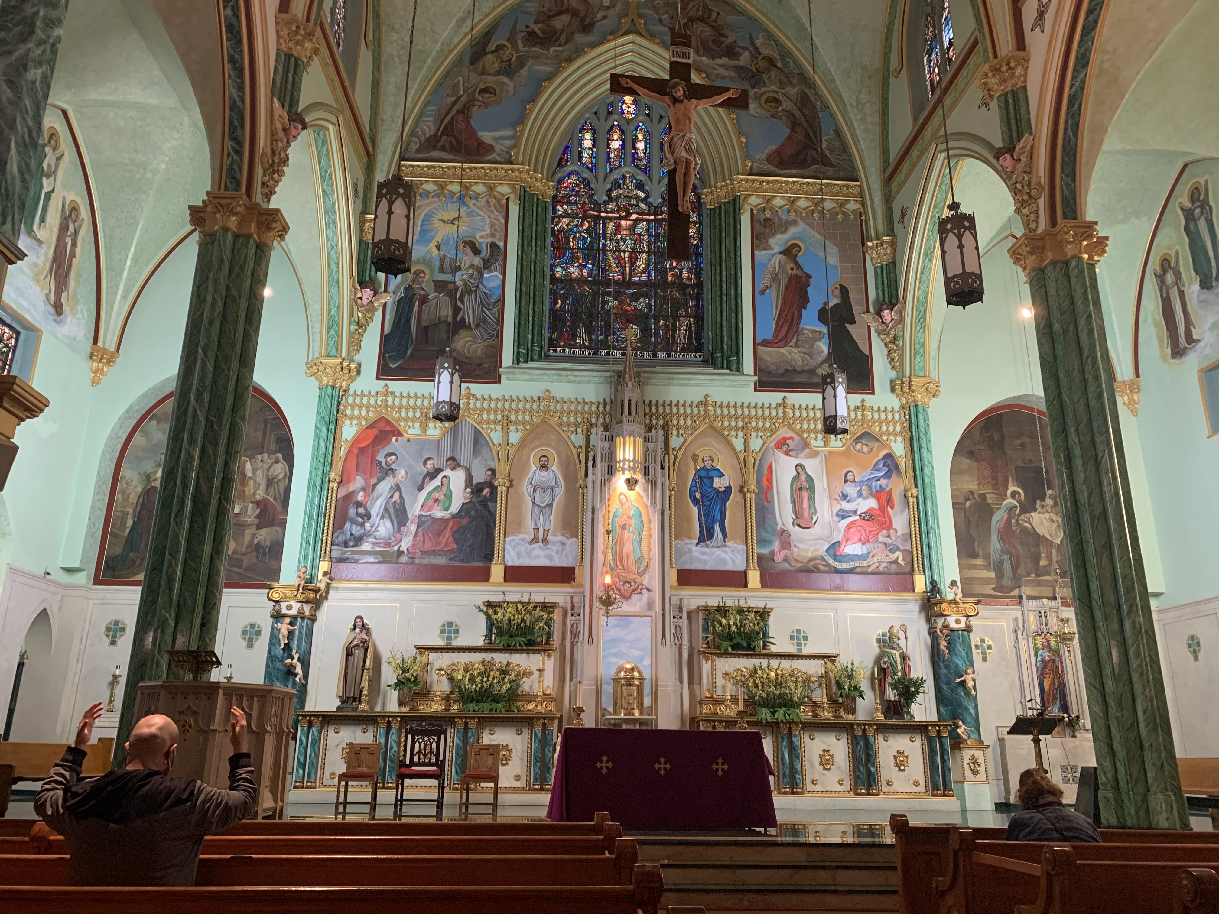 Celebran Semana Santa en NYC con iglesias abiertas con límites y ceremonias virtuales debido al COVID-19