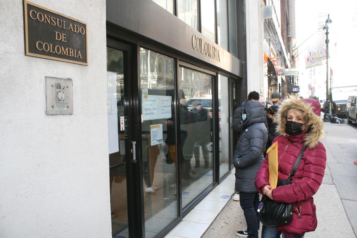 """Debido al COVID-19 inmigrantes hispanos en NY sufren lentitud de servicios consulares que pueden ser de """"vida o muerte"""""""