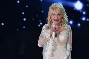 Dolly Parton recibe la primera dosis de la vacuna Moderna a la que donó $1 millón de dólares para su investigación