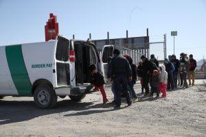 Administración Biden advierte a inmigrantes en la frontera sobre deportaciones aceleradas