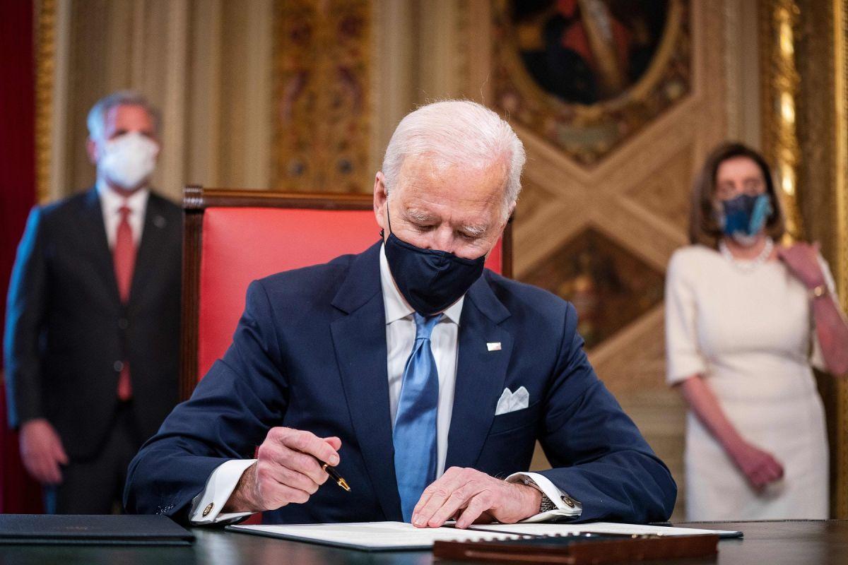 El presidente Biden celebró la aprobación del paquete de estímulo.