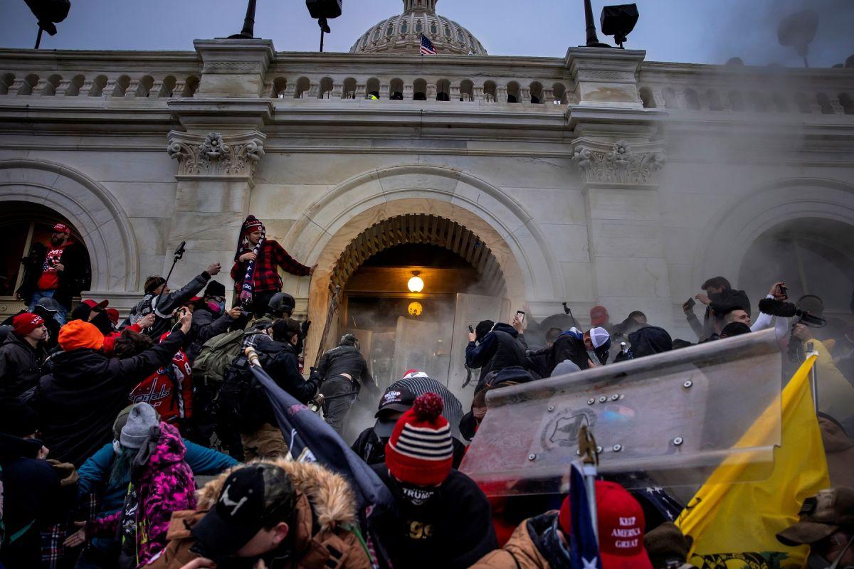 FBI califica de terroristas domésticos a responsables de violencia en el Capitolio; logra cargos contra más de 300