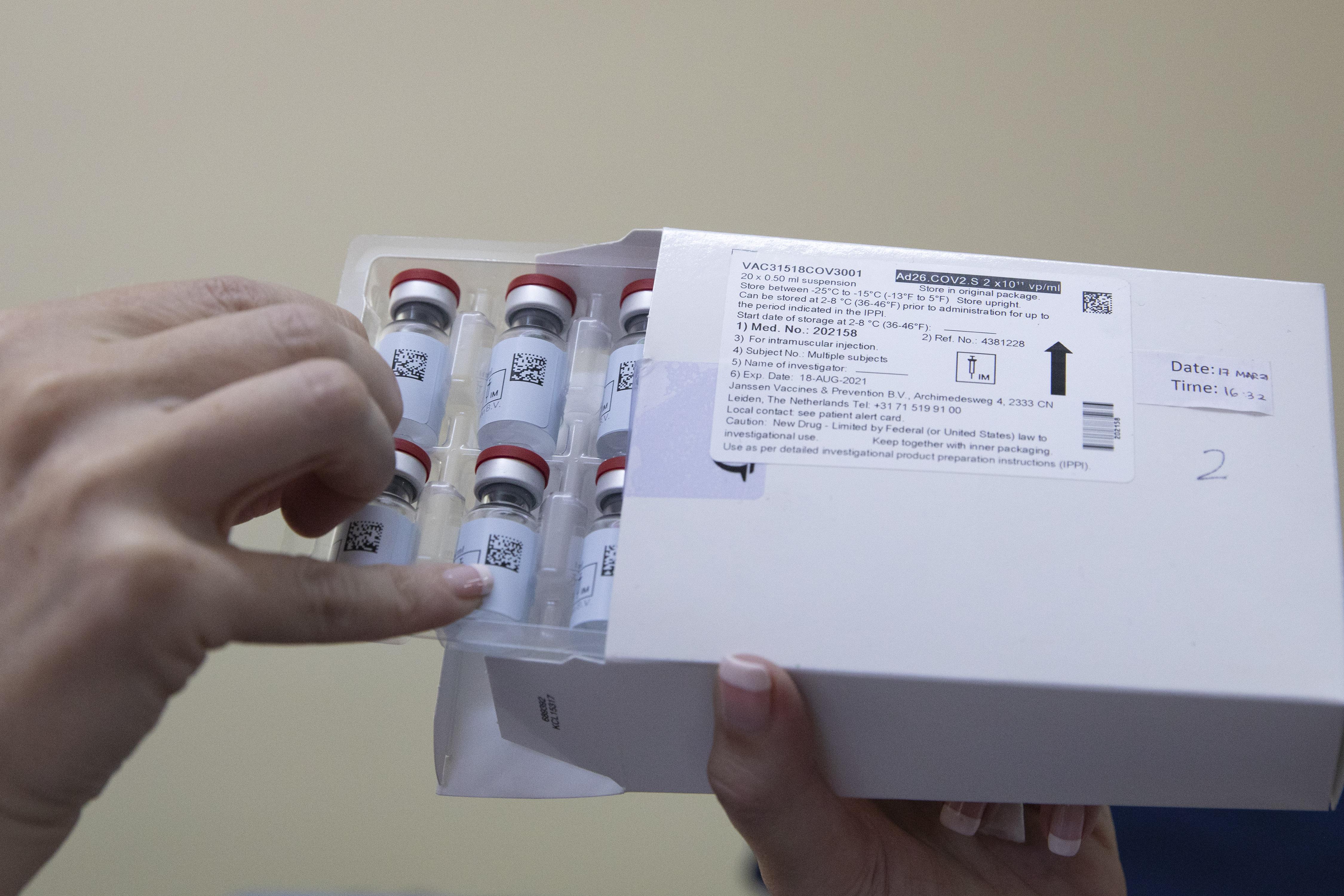 FDA y CDC piden detener uso de vacuna Johnson & Johnson en EE.UU. tras seis casos de coágulo sanguíneo