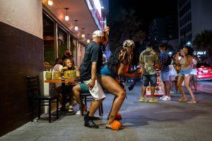 Turistas en Puerto Rico se enfrentan a silletazos y hasta con pelucas en pelea cerca de bar de hotel Sheraton en San Juan
