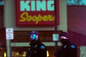 El tirador en supermercado de Colorado está bajo custodia tras matar a 10 personas