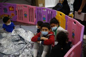 Así es por dentro un centro de detención de migrantes en la frontera con México