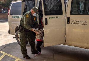 Biden enfrenta aumento de inmigrantes en la frontera en medio de críticas republicanas