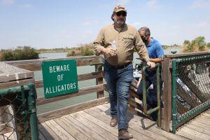 Ted Cruz desata críticas por su visita a la frontera en medio de emergencia migratoria