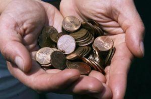 Un hombre pidió su liquidación por dejar el trabajo y recibió 91,500 moneditas llenas de grasa del taller donde trabajaba