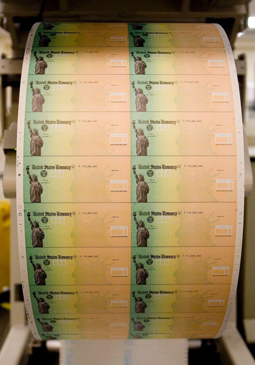 Imagen de archivo de los cheques de estímulo en papel que distribuye el IRS en conjunto con el Departamento del Tesoro.