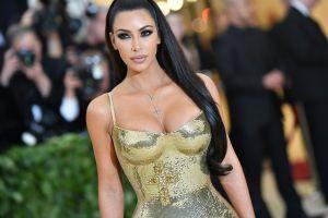 Kim Kardashian se puso un diminuto bikini amarillo para disfrutar unos tacos