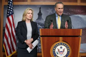 Cuomo en la cuerda floja: senadores Chuck Schumer y Kirsten Gillibrand se unen a los pedidos de dimisión