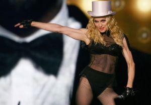 Mostrando casi todos sus senos, Madonna usa sexy lencería negra y recuerda su álbum 'Madame X'