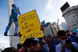 """Familia y fanáticos salen a manifestarse exigiendo justicia para Maradona: """"No se murió, lo mataron"""""""