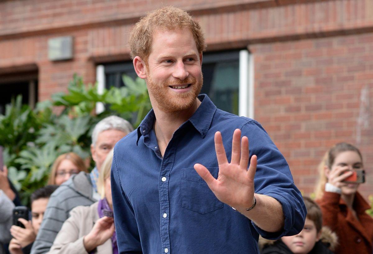 El príncipe Harry contó que se mensajea con este famoso actor por un curioso motivo
