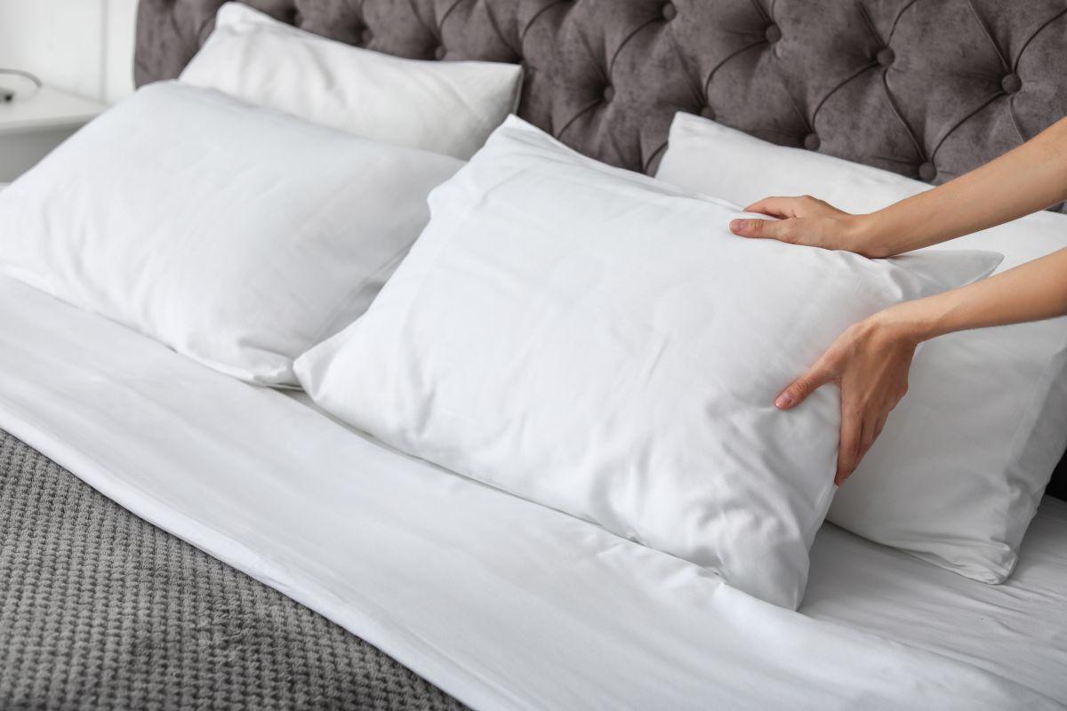 Se recomienda cambiar las almohadas si tienen manchas amarillas, son viejas o no vuelven a su posición original.