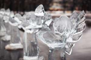 ¿Señal divina? Aparece figura de hielo con forma de ángel en lago de Michigan