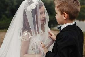 Padres deciden casar a sus mellizos de 5 años por creer que fueron pareja en otra vida