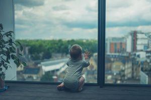 La increíble acción de un hombre que salvó a una bebé al caer desde un doceavo piso