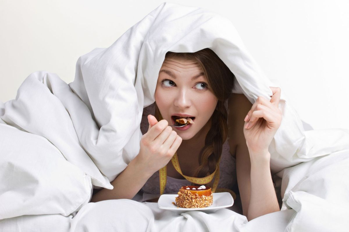 Cómo afecta el hábito de comer bocadillos nocturnos el rendimiento laboral