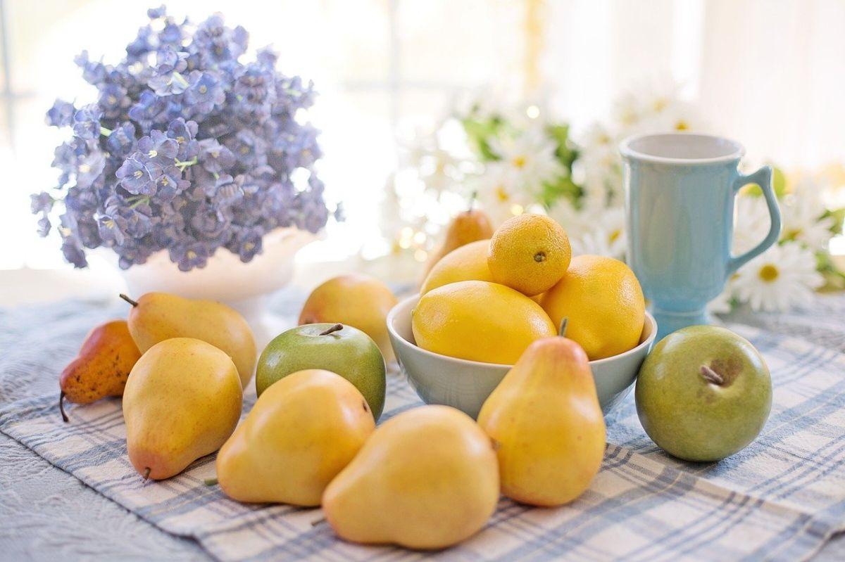 Una pera pequeña contiene 7 gramos de fibra. Además son la colación perfecta para combatir los antojos por alimentos dulces.