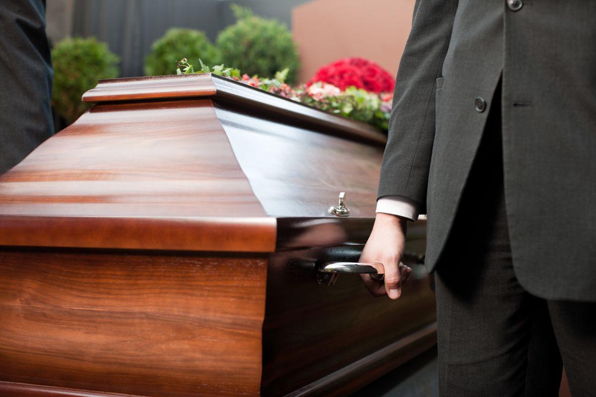 Amigos se llevan a la fuerza cadáver de hombre de funeraria en pleno velorio en República Dominicana