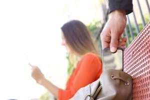 Atropella a ladrón que le robó el celular a su novia