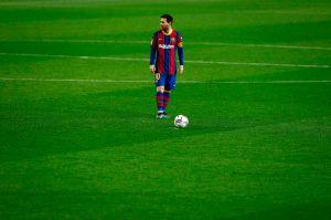 """""""¡Haz falta… Derríbalo a patadas!"""" Así se escucha en la cancha cuando Leo Messi tiene el balón"""