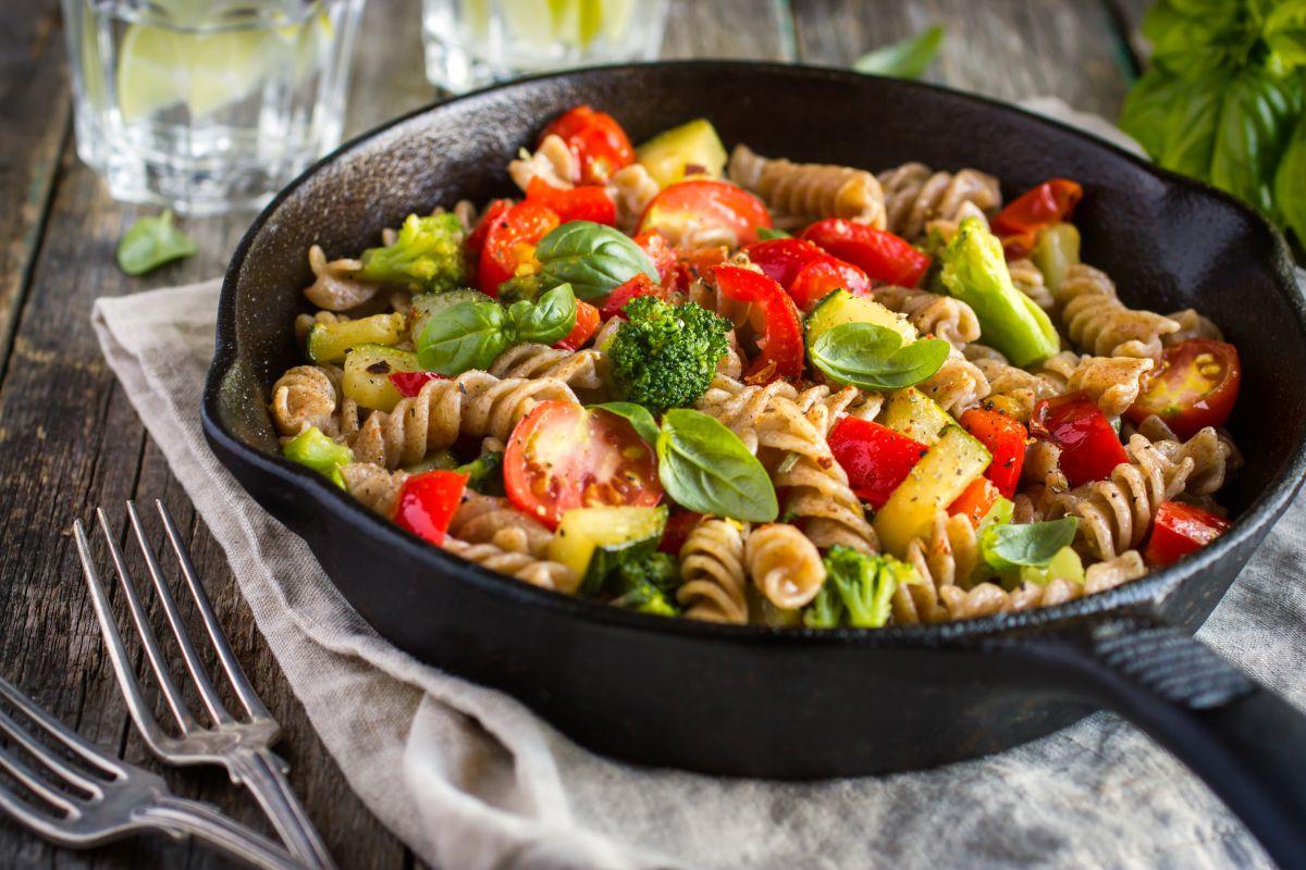 Únicamente los alimentos ricos en carbohidratos, contienen índice glucémico. Estos a su vez suelen dividirse en hidratos de carbono: simples y complejos.
