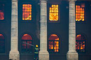 Video: un voraz incendio destruyó una de las bibliotecas más antiguas de África