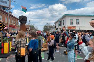 Hispanos se unen a asiáticos y afroamericanos contra violencia racial; exigen justicia