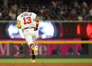 """¡Casi 500 pies! Ronald Acuña dio un batazo gigantesco y se lo """"perreó"""" con un bat flip"""