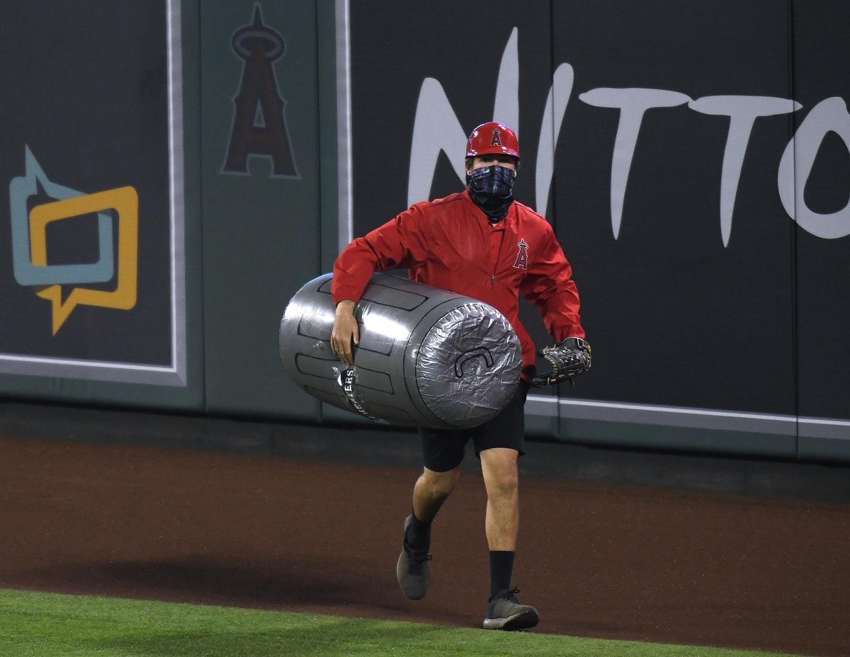 Video: Fanáticos de los Angels lanzaron botes de basura a Houston Astros en pleno juego