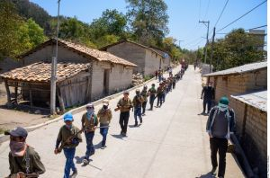 En fotos: arman a un ejército de niños huérfanos para enfrentar a los narcos en México