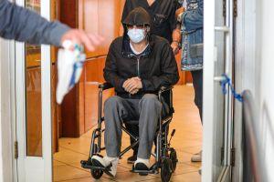 Brad Pitt desata preocupación tras ser captado saliendo de un hospital en silla de ruedas