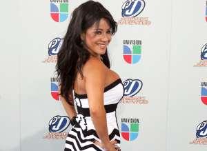 Con un hilo dental y alas de mariposa, Carolina Sandoval baila y 'aletea' frente al mar